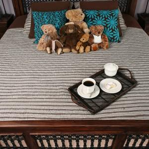 Sypialnię wypełniają kolory brązu, ciemnej czekolady i turkusowe akcenty, które mają za zadanie przełamanie i ożywienie nieco ciemnej tonacji pomieszczenia. Fot. Bartosz Jarosz.