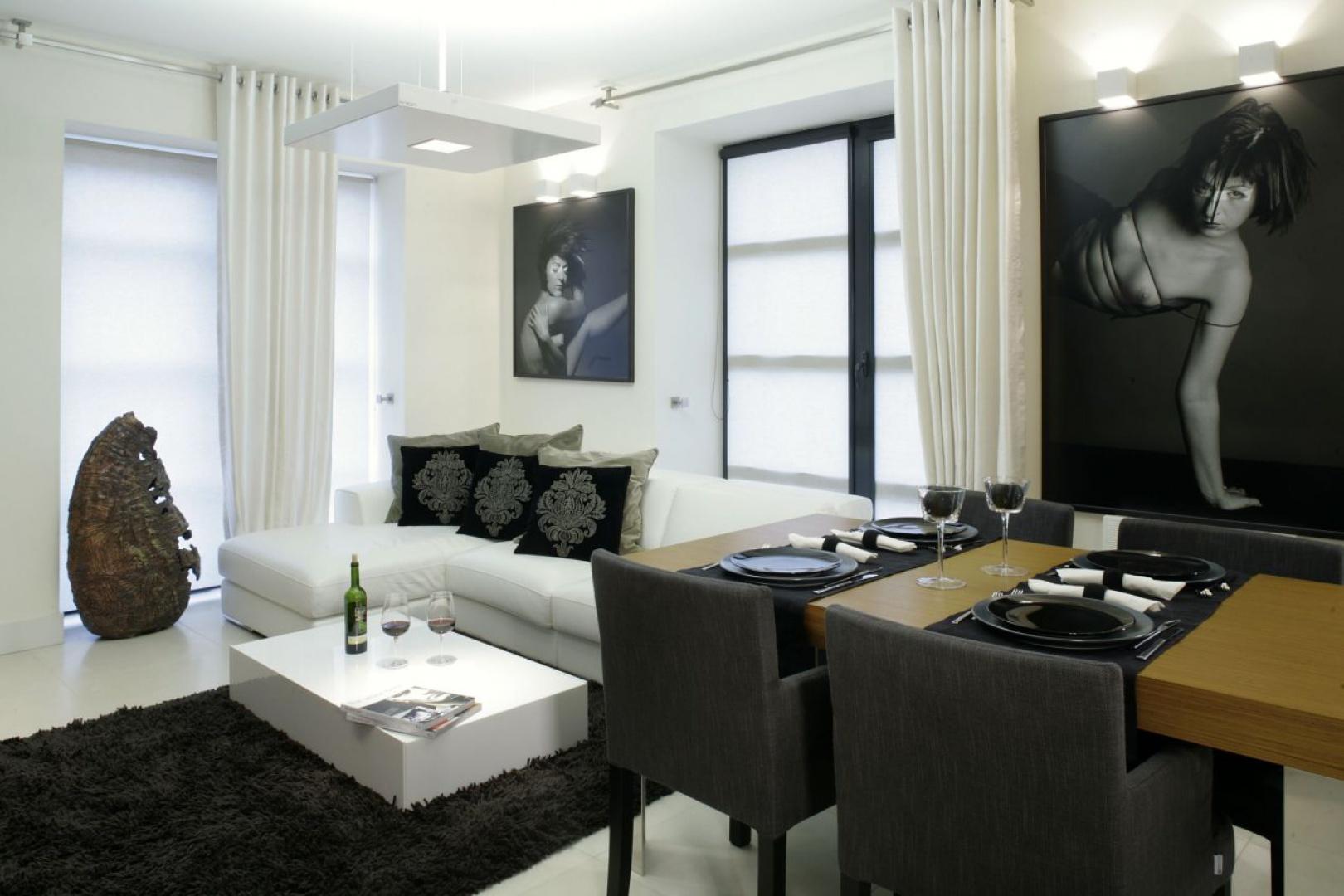 Biało-czarne akty Piotra Dłubaka dopełniają stylistyki aranżacji wnętrz apartamentu. Fot. Monika Filipiuk.