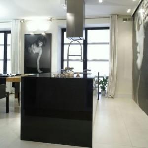 Niemal w całym mieszkaniu podłogę pokrywa jasny gres firmy Cotto d`Este. Fot. Monika Filipiuk.