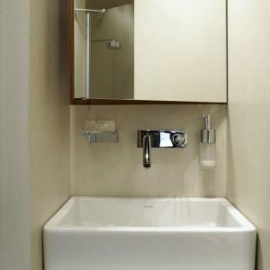 Wymiary szafki z drewna tekowego i ustawionej na niej umywalki idealnie pasują do wnęki, w której zostały ustawione. Fot. Monika Filipiuk.