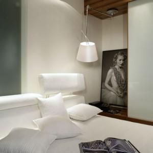 Artystyczne fotografie kobiecych aktów przewijają się we wnętrzach całego apartamentu. Fot. Monika Filipiuk.