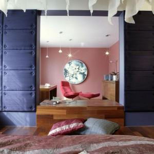 Sypialnię i pokój do nauki oddziela od siebie drewniany podest - to obszar, gdzie symbolicznie spotykają się noc i dzień, to także świetne miejsce na wypicie porannej kawy. Fot. Monika Filipiuk.