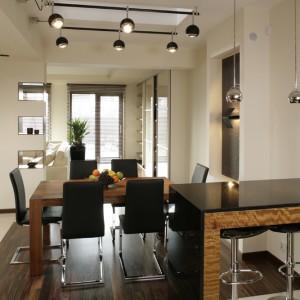 Dom jest przestronny i jasny. Tę czystą aurę budują proste bryły mebli (zaprojektowane przez architektki) i przestronne okna, od sufitu do podłogi, które wpuszczają bardzo dużo światła. Fot. Bartosz Jarosz.