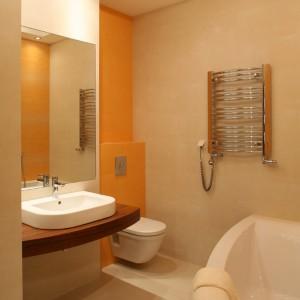 Lekko zaokrąglone kształty umywalkowego blatu i wanny łagodzą geometryczny obraz łazienki, zdominowany formą prostokąta. Fot. Bartosz Jarosz.