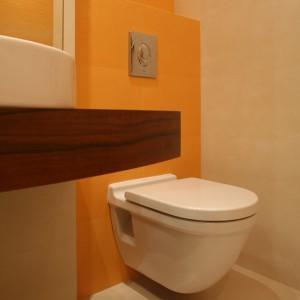 Podwieszany sedes znajduje się w najdalszym zakamarku łazienki. Dodatkowo przesłania go umywalka. Fot. Bartosz Jarosz.
