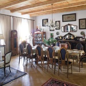 Każde miejsce ekspozycyjne w salonie, wypełnia bogata kolekcja starej porcelany, ściany pokrywają gromadzone latami obrazy. Fot. Bartosz Jarosz.