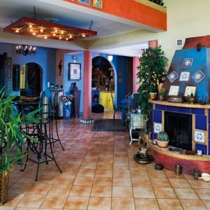 Czysty Meksyk, czyli kominek w meksykańskim stylu, został osobiście zaprojektowany i wykonany przez Małgosię Stachowiak. Forma kominka powstała z masy gipsowej, którą pokryto niebieską, patynowaną przecierką. Fot. Bartosz Jarosz.
