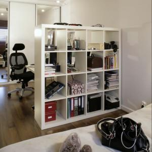 Regał to mebel uniwersalny, bo może być wykorzystywany z obu stron, także od strony łóżka. Przy jednej ze ścian została zaprojektowana wysoka garderoba z lustrami – główna przestrzeń do przechowywania. Fot. Monika Filipiuk.
