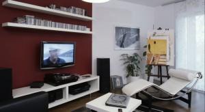 Salon, jak i całe mieszkanie to rodzaj hołdu złożonego modernizmowi, a także jego czołowemu przedstawicielowi - Le Corbusierowi.