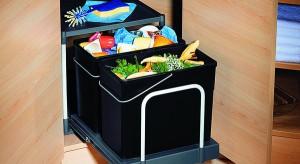 Segregator odpadków, czyli oddzielne pojemniki na różnego rodzaju śmieci, powinien być stałym elementem wyposażenia kuchni w każdym domu i mieszkaniu. Recykling to konieczność, ale także moda, a przy tym wygoda i niższe rachunki za wywóz śmi