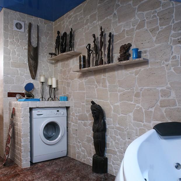 Trawertyn na ścianach łazienki: pomysłowa aranżacja