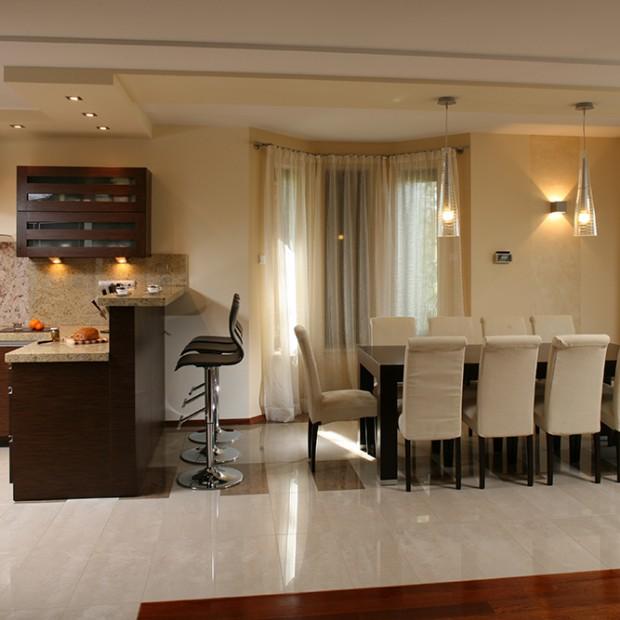 Otwarta kuchnia, duża jadalnia: dom dobrze zaplanowany