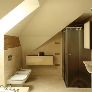 W związku z tym, ze przy sypialni znajduje się garderoba, w łazience widać tylko jedną, wykonaną ze szkła i drewna wenge szafkę. Tym samym nic nie zakłóca widoku marmuru. Fot. Bartosz Jarosz.