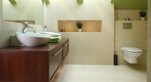 Zwykle projektanci w aranżacji wnętrz znajdujących się na poddaszu domu stosują szereg zabiegów, by zamaskować i zneutralizować skosy. W tej łazience architekt zrobił wszystko, by je wyeksponować.