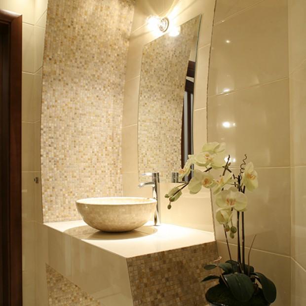 Łazienka z mozaiką: trawertyn na ścianach
