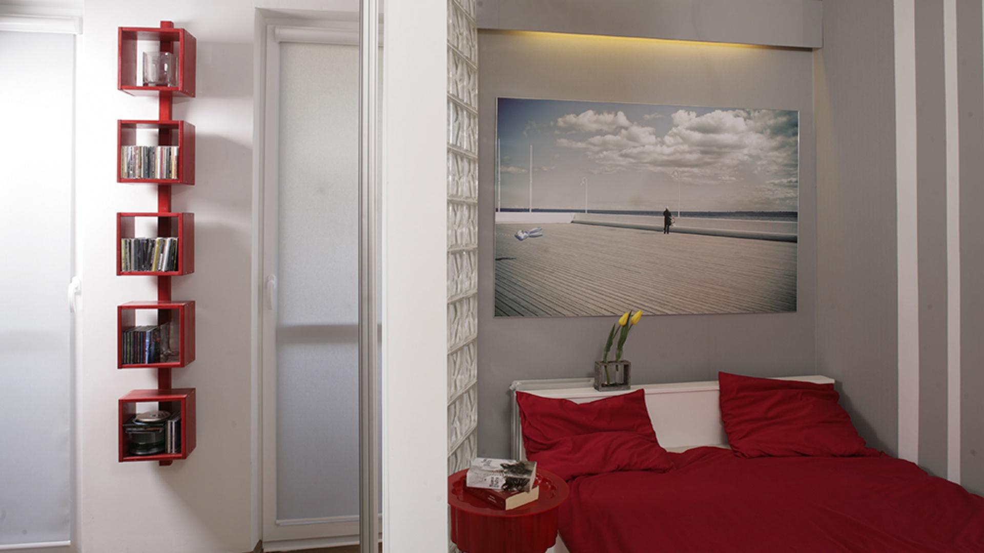 Salon i sypialnia stanowią dwie różne przestrzenie, ale oddzielająca je szklana ścianka ma bardzo lekką formę, podobnie jak drzwi przesuwane z satynowego szkła. Fot. Bartosz Jarosz.