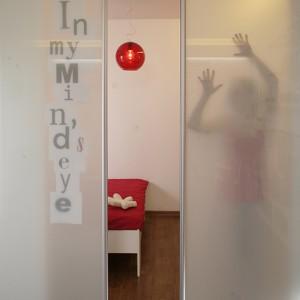 """Na szklanych drzwiach naklejono napis, cytat z Szekspira: """"In my mind's eye"""", zdradzający romantyczną naturę domowniczki. Fot. Bartosz Jarosz."""