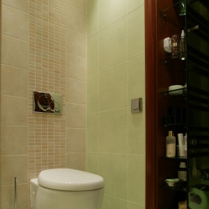 Szafa wbudowana w ścianę dodaje przestrzeni łazience. Fot. Tomek Markowski.