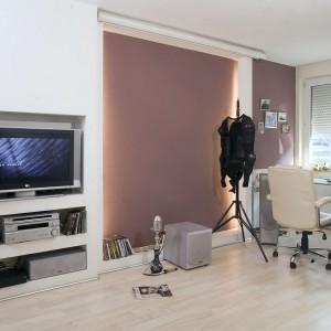 Film jest jedną z pasji właściciela mieszkania. Miejscem idealnym dla kina domowego okazała się być odpowiednio zrobiona i wykonana zabudowa gipsowo-kartonowa z bocznym oświetleniem świetlówkowym. Tuż obok, pod oknem zaaranżowano niewielką, ale sprzyjającą skupieniu przestrzeń do pracy. Fot. Monika Filipiuk.