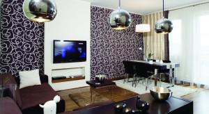Elegancja, minimalizm, Orient i przykuwający uwagę, niekonwencjonalny pomysł – oto składniki budujące przestrzeń tego mieszkania. Występują niby oddzielnie, a jednak razem, tworząc nietypowy i niepowtarzalny klimat, dzięki któremu domownicy c
