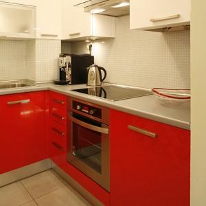 Zabudowa kuchni została wykonana na zamówienie z lakierowanego MDF-u. Sprzęty kuchenne pochodzą z firmy Whirlpool. Fot. Monika Filipiuk.