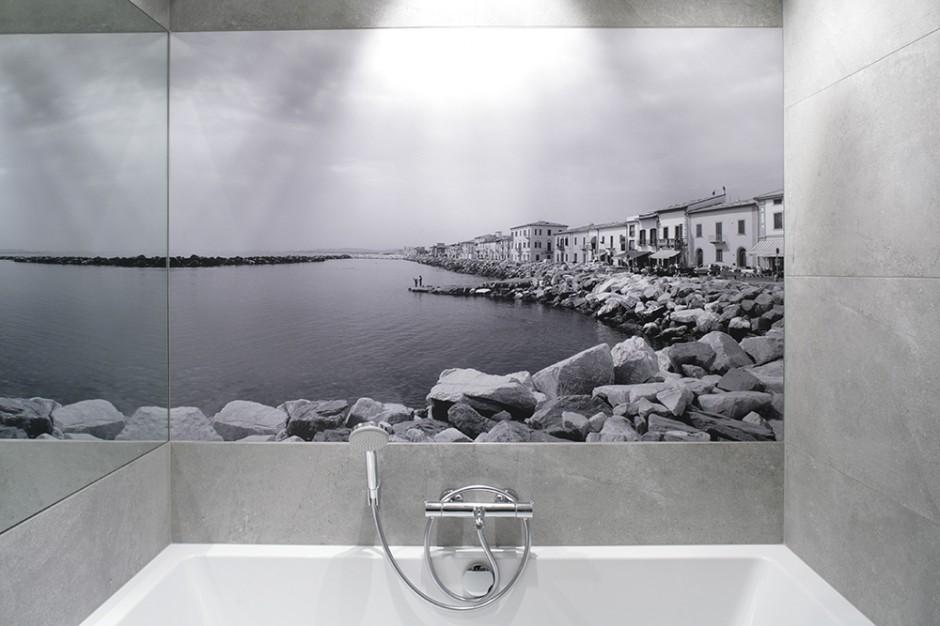 Widok na Morze Śródziemne dubluje się i powiększa za sprawą dużego zwierciadła umieszczonego na prostopadłej ścianie. Fot. Bartosz Jarosz.