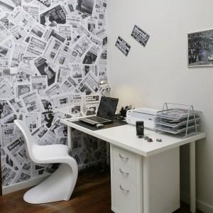 Ściana wyklejona czarno-białymi wydrukami gazet i oprawione w srebrne ramy fotografie z wyścigów samochodowych z początków wieku to charakterystyczne elementy gabinetu. Na tle białych ścian wyglądają wyjątkowo okazale, tworząc wrażenie małej, domowej galerii. Fot. Monika Filipiuk-Obałek.