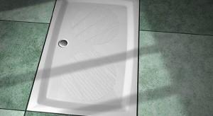 Maty i powłoki antypoślizgowe, krzesełka pod prysznic, czy uchwyty w okolicach wanny to najlepsze sposoby na niekontrolowane poślizgi.