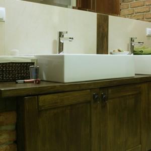 """O tym, że to wnętrze dla pary świadczą dwie umywalki """"Quattro"""" (prod. Koło) o szlachetnych kształtach. Fot. Monika Filipiuk."""