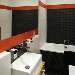 W łazience zagościły proste, zgeometryzowane formy, poczynając od kostek mozaiki (Altea Nero i Altea Bianco, Ceramika Paradyż), poprzez płytki ścienne i podłogowe (Refin), minimalityczne baterie (Steinberg), po ceramikę i meble, wykonane przez stolarza na wymiar. Fot. Monika Filipiuk.
