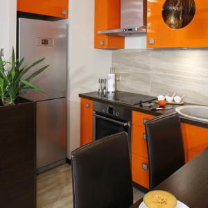 Niewielka, ale w pełni funkcjonalna przestrzeń. Oprócz przygotowywania posiłków, można tu także  wygodnie jadać. Sprzęt AGD wybrano z oferty Bosch (płyta grzejna, okap, piekarnik) oraz LG Electronics (lodówka); krzesła - marki Black Red White. Fot. Monika Filipiuk.