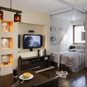 Całe mieszkanie wykończone jest z wykorzystaniem szlachetnych materiałów, takich jak dąb afrykański na podłodze czy kamień naturalny zdobiący fragmenty ścian. Fot. Monika Filipiuk.