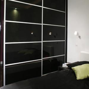 Domownicy bardzo dobrze czują się w tej nowoczesnej, minimalistycznej sypialni. Tu nic nie rozprasza uwagi. Delikatny strumień światła kinkietów (IKEA) wieczorem stwarza senny klimat, nie przeszkadza kiedy jedno z małżonków już smacznie śpi, a drugie jeszcze czyta. Fot. Monika Filipiuk.