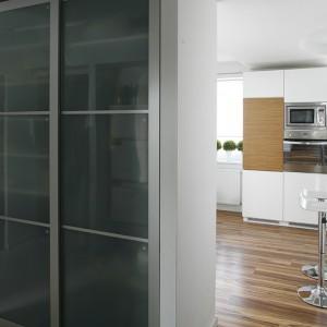 Szafa z IKEA obudowana jest ściankami z płyty gipsowo-kartonowej. To swoiste wydzielenie holu od kuchni, a zarazem niebanalna przestrzeń na torebki i okrycia wierzchnie. Fot. Bartosz Jarosz.