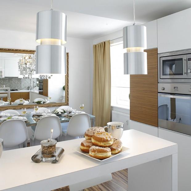 Nowoczesna i przytulna kuchnia: zainwestuj w biel i drewno