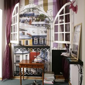 """W korytarzu """"okno"""" na... Paryż. Efekt jednej z ich zagranicznych eskapad. Fot. Bartosz Jarosz."""