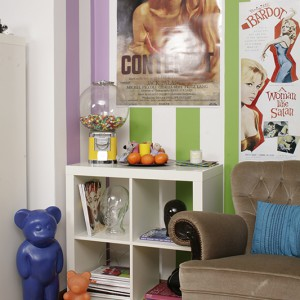 """""""Pewnego dnia przyniosłem pod pachą kulę z cukierkami w prezencie dla Kasi, ona tak lubi słodycze!"""" – opowiada Maciek. Kula z wdziękiem dekoruje szafkę (IKEA). Na podłodze kultowe już lampy-misie z NRD, proj. Elmara Flototto. Fot. Bartosz Jarosz."""