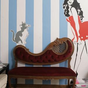 """- """" Jesteśmy maniakami Allegro"""", mówią zgodnie Kasia i Maciek. Stylowa sofka pochodzi z ich ulubionej aukcji internetowej. Fot. Bartosz Jarosz."""