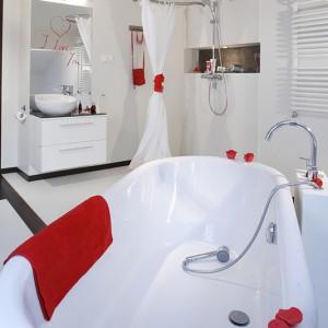 Łazienka prócz atmosfery relaksu przemyca idee minimalizmu. Architekt wnętrz niemal całkowicie zrezygnowała z płytek na ścianach. Płytki gresowe (Artwork Extra White, Leonardo), takie same jak na podłodze, pojawiają się jedynie przy prysznicu. Fot. Monika Filipiuk.