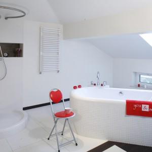 Do wnętrza wprowadzono orzech azjatycki, który pojawia się tuż przy wejściu do salonu kąpielowego. To ciemne drewno przełamuje granicę między podłogą i ścianą – łącząc je ze sobą. Fot. Monika Filipiuk.