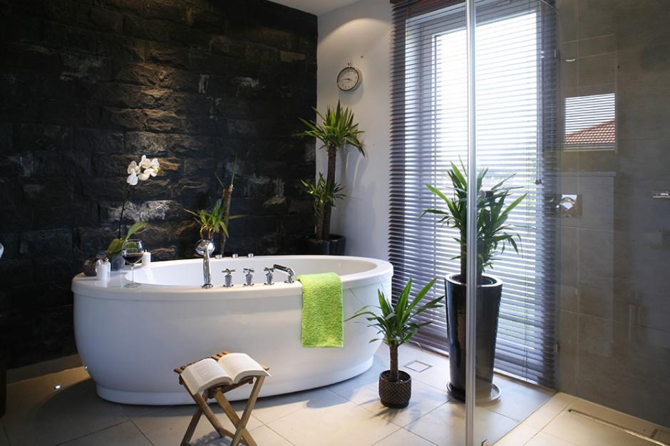 Wpust łazienkowy znajduje się nie tylko wewnątrz prysznica, ale także w podłodze przy wannie. Dzięki temu podczas kąpieli można bezkarnie chlapać. Fot. Monika Filipiuk.