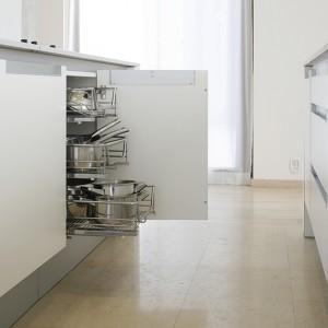 """Przyjęto tu zasadę: czystość formy ponad wszystko! Dlatego wszelkie kuchenne drobiazgi, naczynia i wyposażenie kryją się w szafkach i szufladach mebli ("""" Segmento"""" firmy Poggenpohl). Fot. Bartosz Jarosz."""