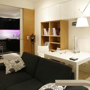 Otwartą przestrzeń strefy dziennej tworzą: salon, minigabinet, hol oraz kuchnia z możliwością całkowitego zamknięcia. Fot. Bartosz Jarosz.