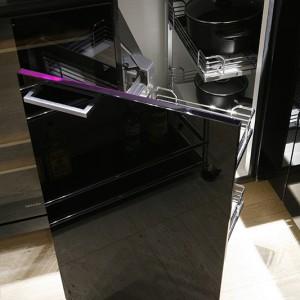 Sprytne systemy ukryte w szafkach czynią niewielką kuchnię niezwykle funkcjonalną. Fot. Bartosz Jarosz.