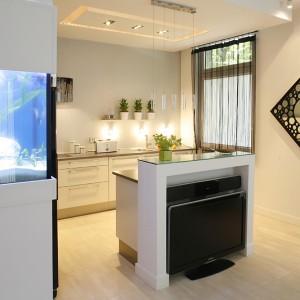 Czarne lustro hiszpańskiej marki Interia Making Spaces dodaje przestrzeni kuchennej dodatkowych wymiarów i elegancji. Fot. Bartosz Jarosz.