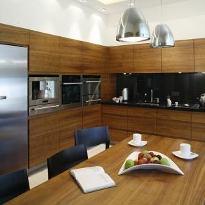 W funkcjonalnej kuchni nie mogło zabraknąć nowoczesnego AGD. Wyposażenie stanowi lodówka side by side (Miele), piekarnik oraz piekarnik parowy, szuflady do podgrzewania naczyń i ekspres do kawy (Siemens). Fot. Monika Filipiuk.