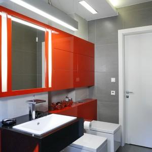 Czerwone akcenty w łazience