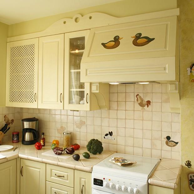 Sielska kuchnia: malowane drewniane meble