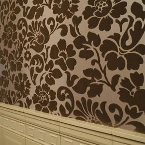 """Wypukły, kwiatowy deseń, widoczny na wykonanej z papieru (technika floku; przypomina w dotyku welur lub aksamit) tapecie (kolekcja """"Coromandel""""), jest motywem przewijającym się w całym domu. To cytat z XIX-wiecznej estetyki. Fot. Bartosz Jarosz."""