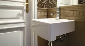 Pojęcie konsekwencji ma w aranżacji wnętrz bardzo różne oblicza. W domu, do którego należy ta toaleta, oznacza śmiałe łączenie nie tylko materiałów i wzorów, ale też stylów i estetyk różnych epok.